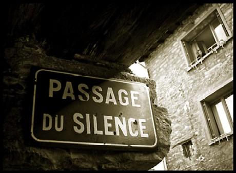 ¿Un silencio que presagia una defenestración...?